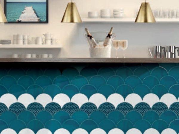 Diffusion Céramique - Carrelage écaille de poisson bleu -Réalisation bar
